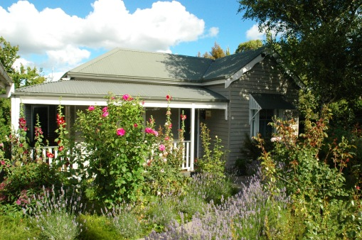 Valley View Cottage Warragul - dleightful front garden